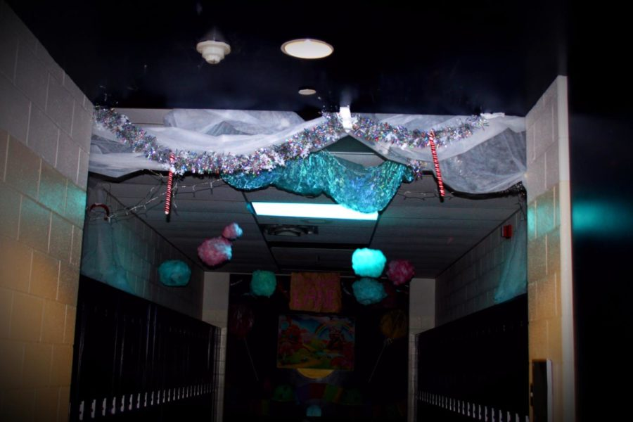 Senate+kicks+off+homecoming+week+with+hallway+decorations
